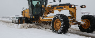 Van'da kar yolları kapattı